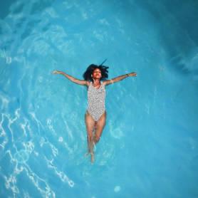 Plantilla de publicación de Instagram con una mujer flotando libremente en el agua